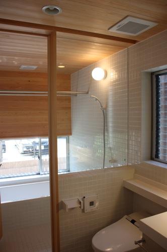 サワラ材の浴室.jpg